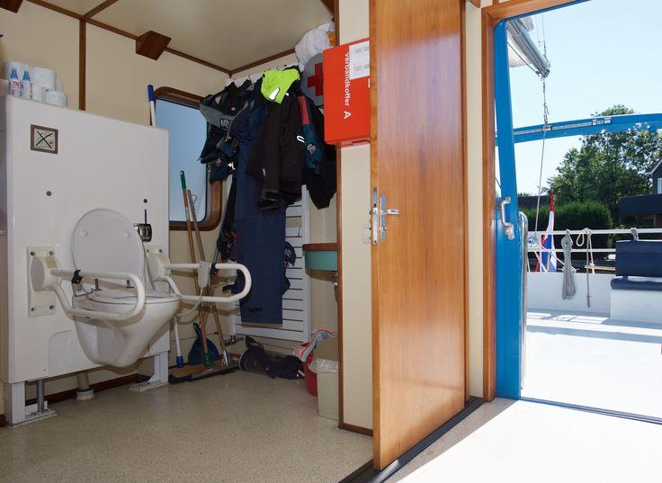 Aangepaste douche-/toiletcombinatie op de catamaran