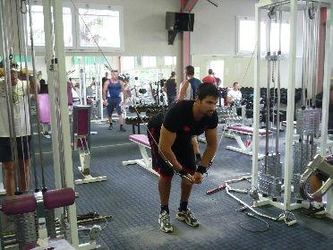 Exercice de musculation de finition pour les pectoraux : Écarté à la poulie vis à vis haute.