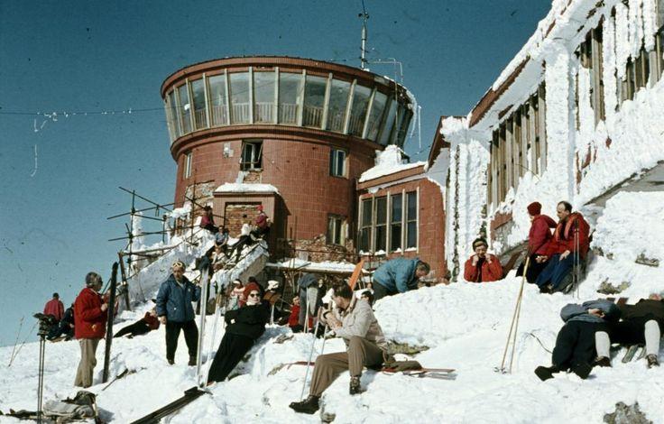 Rotunda panorámavendéglő a felvonó végállomásánál a hegycsúcson.