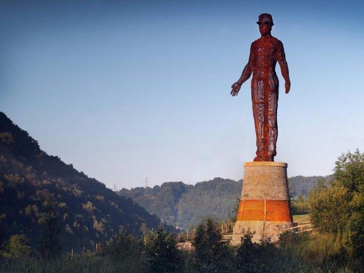 Самые колоссальные статуи и монументы мира: Хранитель Долин (Абербиг, Монмутшир, Южный Уэльс) Хранитель долин это 20-ти метровая статуя недалеко от угольных шахт Six Bells в Уэльсе. Памятник был возведен в 2010 году в память о катастрофе 1960 года, когда в шахте произошел взрыв, унесший жизни 45 шахтеров. Статуя состоит из тысяч стальных лент.