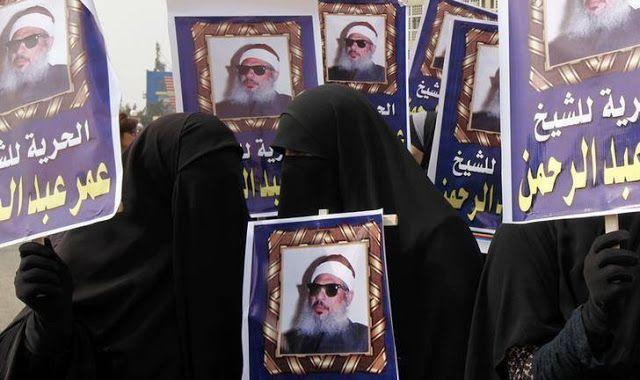 """Al-Qaeda Yaman kembali kritik AS  Kerabat Syeikh Omar Abdul-Rahman melakukan aksi untuk menuntut pembebasannya (Kairo 26/2/2012. Reuters)  Pemimpin al-Qaeda cabang Yaman (AQAP) mengatakan AS menolak bertukar tahanan yaitu antara tokoh Islam Syeikh Omar Abdul-Rahman dengan seorang wartawan AS. Berita itu disebar dalam rekaman di saluran media al-Qaeda. Syaikh Omar yang juga dikenal sebagai """"syeikh buta"""" meninggal di penjara North Carolina bulan lalu dalam hukuman seumur hidup terkait tuduhan…"""