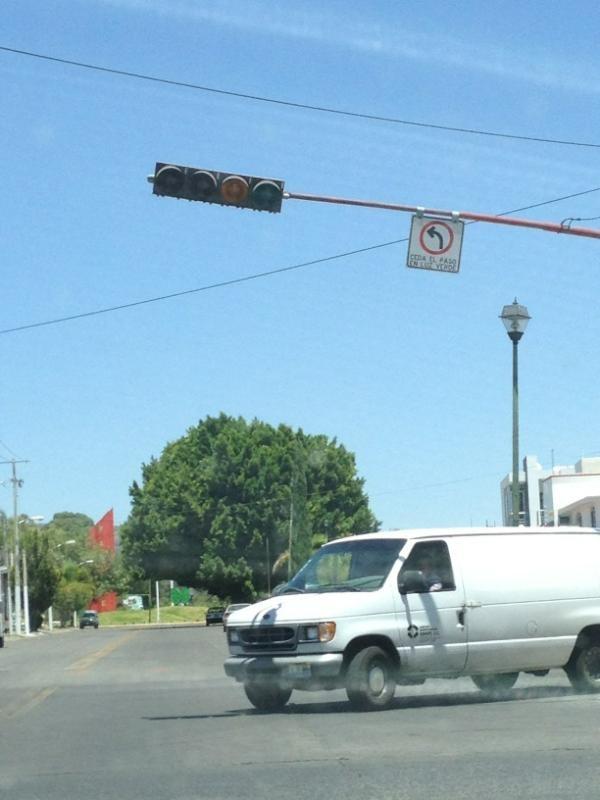 No funciona luz roja de semáforo en Beethoven y Tchaikovsky  22/05/2012