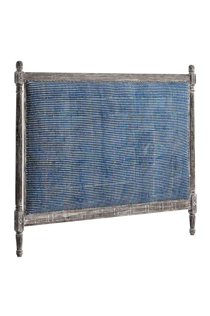 Med en rustik sänggavel skapar du snabbt en ombonad känsla i sovrummet. Träram med snidade detaljer i gustaviansk stil och en mjuk stoppning som du kan luta dig mot. Material: 100% bomull, träram och polystervadd. Storlek: Bredd 170 cm. Höjd 140 cm, varav ben ca 22 cm. Beskrivning: Fristående gavel med träram. Polyestervadderad dyna klädd med bomullsmatta. Skötselråd: Dammsugning. Tips/råd: Gaveln behöver ingen montering. Ställ den bara mellan säng och vägg. Bädda din säng med våra lyx...