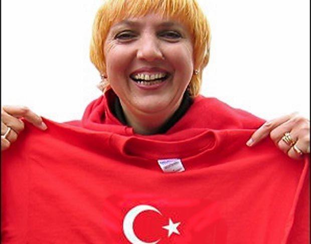 """#STAATSFEIND #DEUTSCHLANDHASSER """"Die Türken haben Deutschland nach dem Krieg wieder aufgebaut."""" — Darum meine Vision: """"Am Nationalfeiertag der Deutschen ertrinken die Straßen in einem Meer aus roten Türkenflaggen und ein paar schwarzrotgoldenen Fahnen."""" (Artikel erschienen am 6. Februar 2005) — Claudia Roth (Grüne)"""