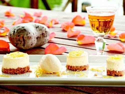 Citroncheesecake med sorbet och gelé på fläder