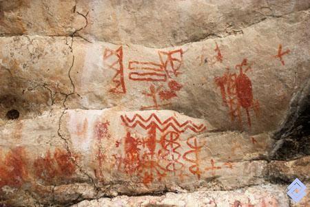 En las rocas aledañas al río Guaviare, los aborígenes de la región amazónica plasmaron en el arte rupestre su mítica relación con el agua.