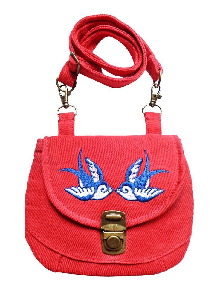 Een multifunctioneel tasje met verstelbare strap in rode denim met geborduurde vogeltjes. Op werkdagen voor 20.00 uur besteld, de volgende dag in huis.