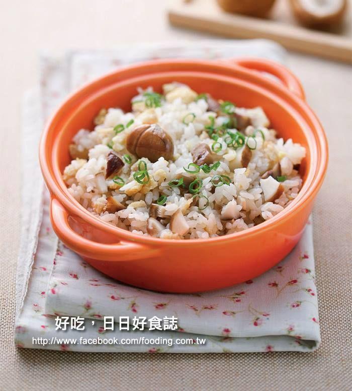 【電鍋栗子飯~~】 晚餐沒時間煮菜飯,可以交給電鍋一鍋就搞定晚餐唷~還可以用當季的栗子唷! (準備) 包裝糖炒栗子、關東煮料、白米、蔥。 以1:1:3的比例混合白米與關東煮湯汁,放入香油。略作攪拌。 外鍋倒入與白米等量的開水,將內鍋放入,打開開關等待即可。 p.s.開關跳起後,勿急著開蓋,讓栗子飯燜一下再打開會更好吃。