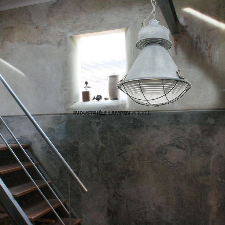 Verweerd+grijze+industriële+hanglamp.+Een+hanglamp+gebaseerd+op+de+alom+bekende+fabriekslampen+van+vroeger.+De+plafondbevestiging+en+het+'trafohuis'+zijn+van+metaal+vervaardigd.+De+grove+ketting+zorgt+voor+een+stoer+uiterlijk.+De+binnenkant+is+afgesloten+met+een+bol+glas+en+een+grof+afgewerkt+raster.+Deze+trendy+hanglamp+heeft+een+grote+fitting+(maximaal+60+watt),+maar+is+uiteraard+geschikt+voor+led.+De+maximale+lengte+is+155cm+vanaf+het+plafond.Deze+hanglamp+i