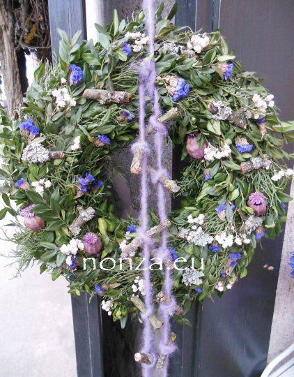 Tavaszi ajtókoszorú buxussal, lilában
