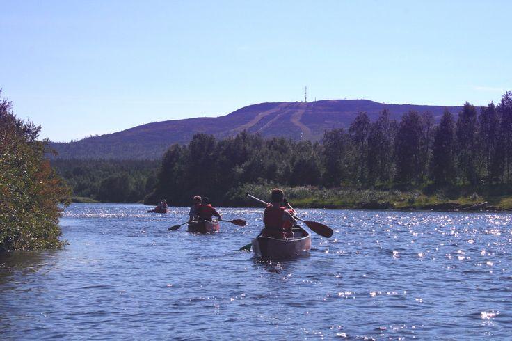 MAANANTAI klo 11.00 Melonta on helppo tapa matkustaa erämaassa. Tapaamme Levillä josta matkaamme pieneen kyläänOunasjoen rannalla, jossa voimme nauttia lappilaisesta arkkitehtuurista ja oppia melontatekniikkaa. Matkan varrella paistammemakkarat ja rohkeimmilla on mahdollisuus uidapuhtaassa vedessä. Sopii aloittelijoille. Hinta: Aikuiset55 € / Lapsi 28 € (alle 12 v) Kesto: 3 tuntia (8 km)Lähtö: Levin matkailuneuvonnan edestä klo 11.00.