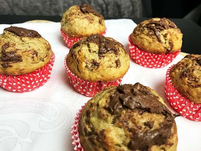 Es gibt keine bessere Kombination als Banane und Nutella! Die Frühstücksmuffins sind so lecker, backt sie unbedingt nach.
