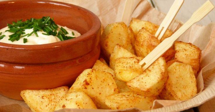 Patatas bravas zijn eigenlijk niet meer dan blokjes gekruide en daarna in olie gefrituurde aardappels, vaak vergezeld van een rode saus of knoflookmayonaise (aïolie)