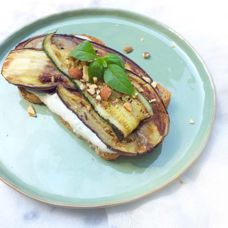 Ben jij ook zo gek op gegrilde groenten?! Probeer dan eens deze gegrilde groenten met ricotta dressing & fijngehakte amandelen op stevig brood.