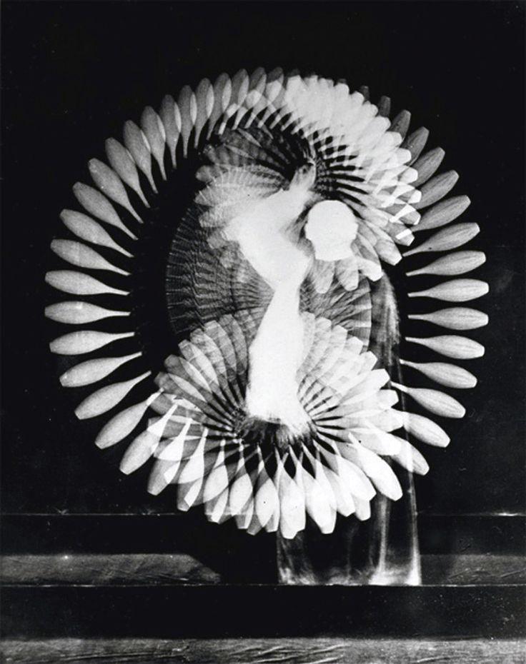 Juggling time lapse. Harold Edgerton (American, 1903-1990) Indian Club Demonstration 1939 <:((((><(