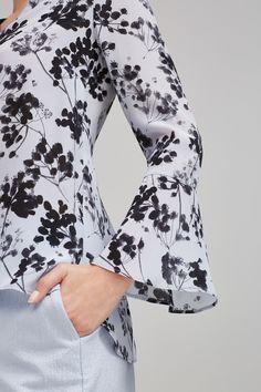 Blusa de seda estampada con escote pico y detalle de volante en mangas. | Blusas | Pedro del Hierro