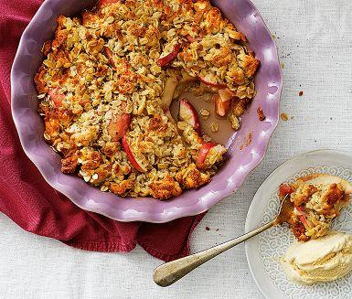 Snacka om paj på direkten! Strössla havregryn och mandelmassa över äppelklyftorna. Hyvla över smör och grädda. Variera smaken på äppelsmulpajen genom att byta ut kardemumma och kanel mot rivet skal av en citron eller strö över en näve russin.