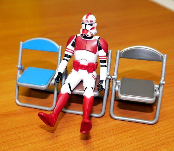 これ考えたヤツ天才だろ!? ガチャで販売している「折りたたみパイプ椅子」が何かとちょうど良くて素晴らしいッ!! | ロケットニュース24