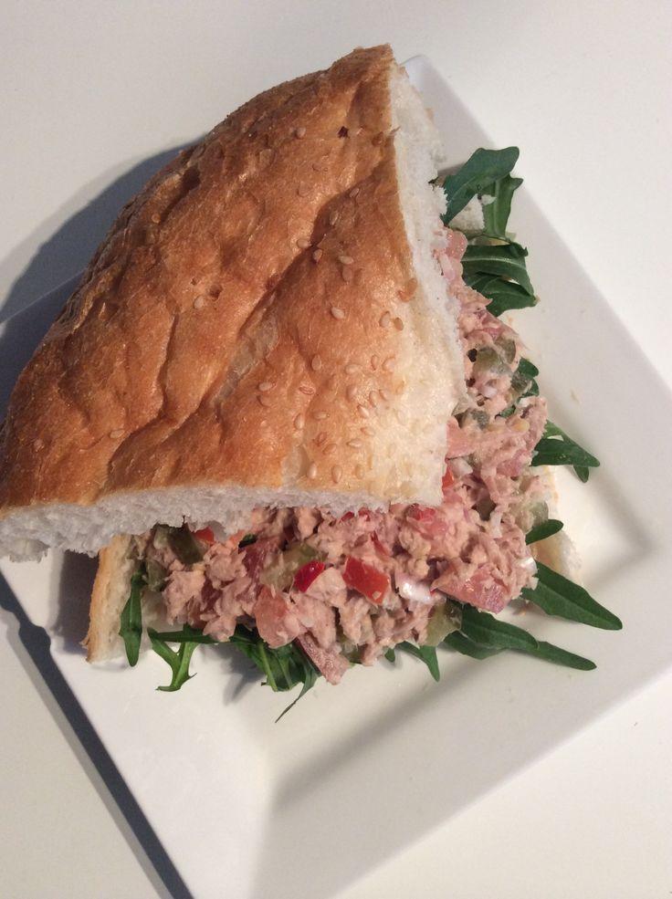 Turks brood met pittige tonijnsalade
