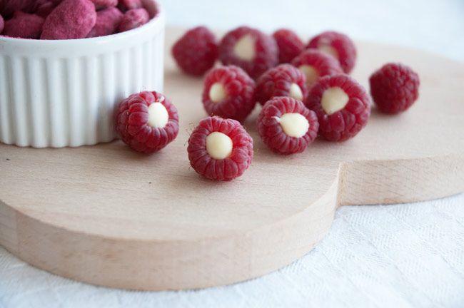 Mandler med hvid chokolade og hindbærdrys