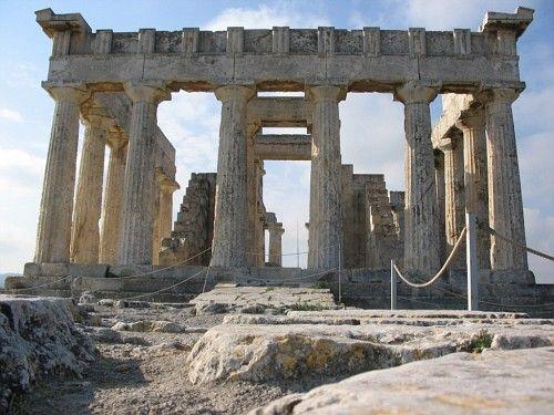 1:Autore) Ignoto; 2:Nome/titolo) Tempio di Atena Afaia; 3:Data/periodo) 500-480 a.C (periodo arcaico); 4:Materiale/tecnica) Costruzione periptera esastila con peristasi di 6x12 colonne doriche in pietra calcarea, con capitelli, acroteri e decorazioni scultoree in marmo; 5:Luogo di conservazione) Santuario di Atena Afraia, Egina, Grecia.