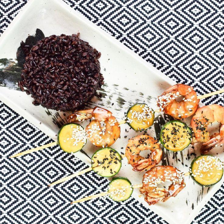 Deliziosi spiedini di gamberi con sesamo e riso nero. Volete scoprire la ricetta? Stay tuned perchè giovedì uscirà la video-ricetta completa @virginactiveit #EatVirgin⠀  -⠀  #chefincamicia #virginactive #yummy #healthyfood #food #italianfood #risonero #sesamo #spiedini #gamberi #taste #amazingrecipe #recipe #foodie