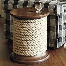 Bijzettafel van een kabeldrum met dik touw omwikkeld.