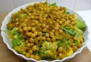 lauwwarme salade van romanesco, kikkererwten en mango met gebakken halloumi