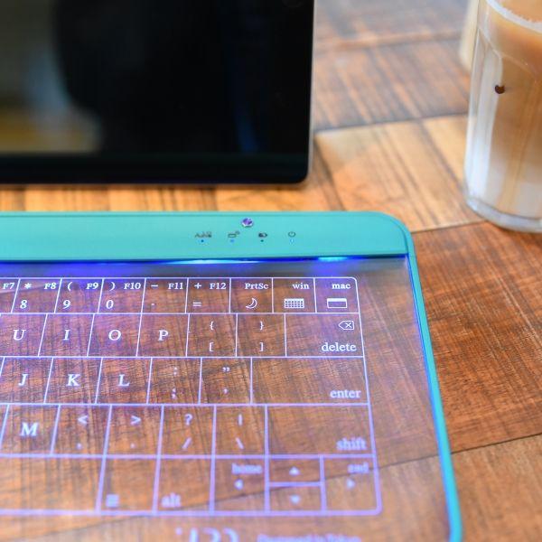 UPQ(アップ・キュー)は、ガラス製パネルのBluetoothキーボード『Q-gadget KB02』に、前シーズンのコンセプトカラーである「ブルー・バイ・グリーン」を採用したモデルを追加しました。価格は1万7550円(税別)。