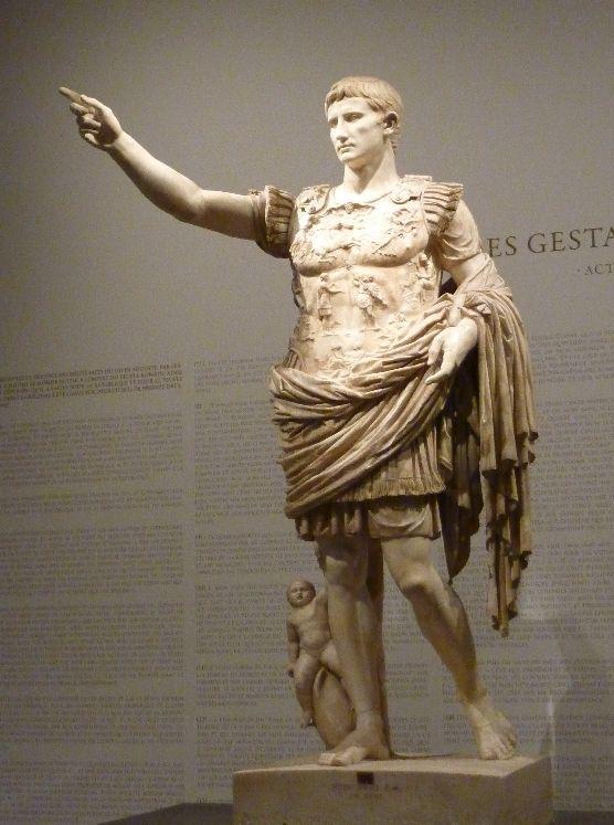 Auguste de la Prima Porta _ Fils adoptif de Jules César, Auguste (63 av J.-C. – 14 ap J.-C.) est le premier empereur romain de l'Histoire. Son nom est indissociable de la grandeur et de la gloire de l'empire qu'il contribua à pacifier et dont il réforma les institutions.