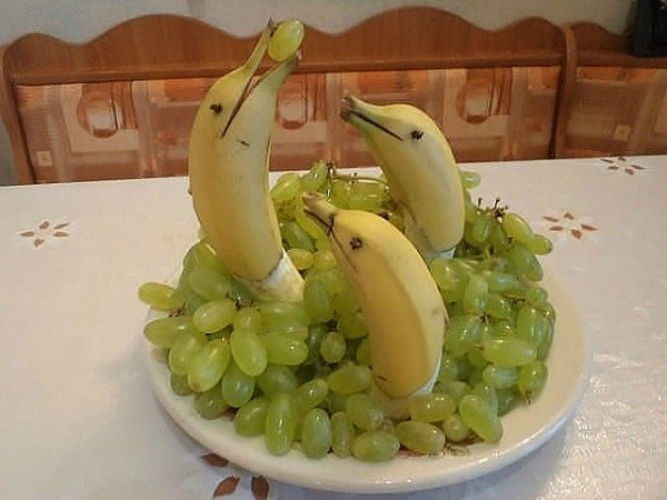 "Pleykast """" How to Decorate for the holiday table decoration Dishes. """"  This website has the most amazing photos!  I absolutely adore this one with the banana dolphins."