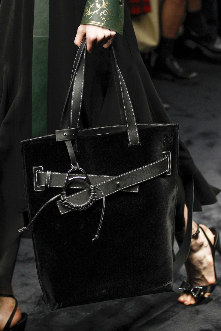See detail photos for Loewe Fall 2017 Ready-to-Wear collection.