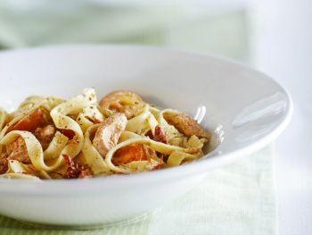 Tagliatelle met zalm, tomaat en basilicum-roomsaus - Hoofdgerecht - Hoogvliet websuper