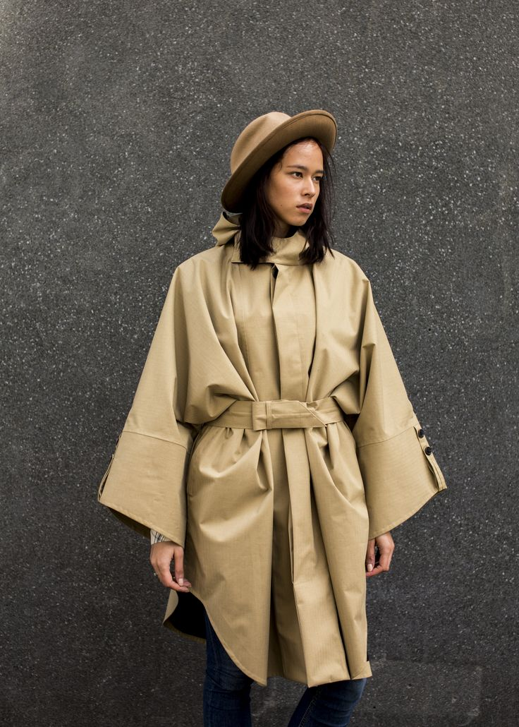 The generous fit of the poncho combined with a buttoned opening makes it easy to wear and sculpt.