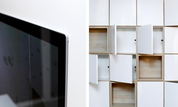 Nábytok, ktorý navrhneme, dokážeme zrealizovať vo vysokej kvalite spracovania detailov. V tomto prípade sme televízny panel zapustili do skrinky tak, aby bola viditeľná iba tenká hrana obrazovky. V návrhu samozrejme myslíme aj na dostatočné vetranie a ťahanie káblov. Rovnako kvalitne sme vyrobili knižnicu pri sedačke.