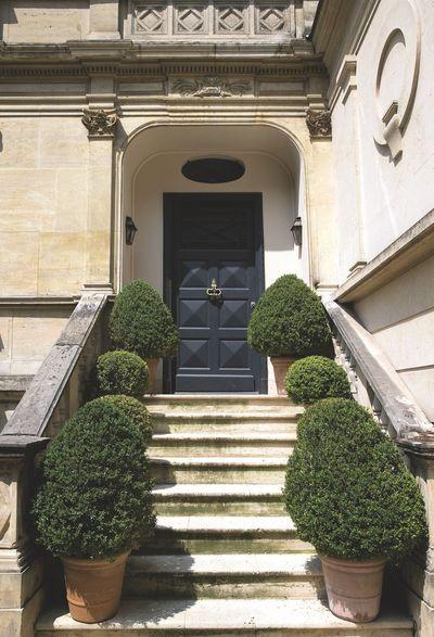 La façade classique d'une maison bourgeoise en plein Paris. Plus de photos sur Côté Maison http://petitlien.fr/7slz