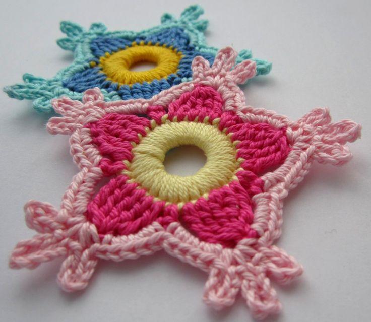 Die erste gehäkelte Paradiesblume in rosa und blau - first crocheted paradise flower pink and blue.