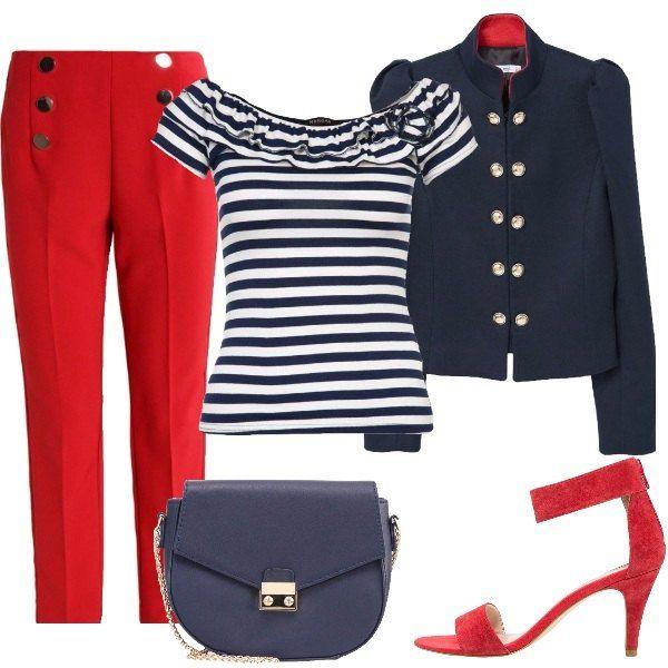 Outfit composto da giacca blu con collo alla coreana, pantaloni rossi, entrambi con bottoni dorati, t-shirt a righe bianche e blu con ruches sullo scollo, sandalo rosso e tracollina blu.