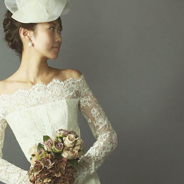 ・ #classicalwedding ・ 華奢なデコルテを #アンティークレース がより一層可憐に際立たせる #オフショルダー の #ロングスリーブドレス は今年のトレンドのひとつ ・ チュールの #ウエディングハット  や #アンティークフラワー をあしらって気品溢れる #クラシカルスタイル を極める ・  #ラファータ #lafata  #神戸 #神戸北野 #kobe #結婚式 #ウエディング #wedding #igwedding #クラシカルウエディングドレス #weddingdress  #weddingday #bride #instawedding #ウエディングヘアスタイル #ドレスショップ #インポートドレス #プレ花嫁 #ドレスフィッティング #ウエディングドレストレンド #大人花嫁 #weddingphoto #weddingflower