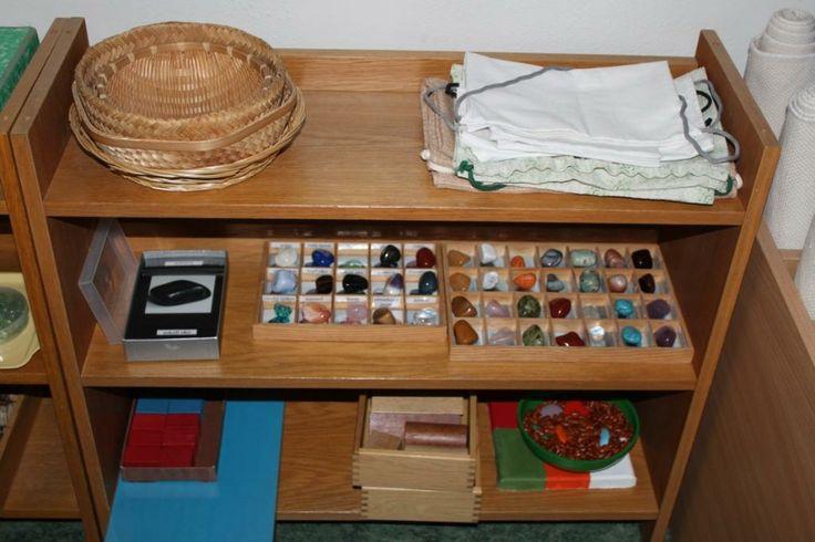 Polička s pomůckami pro Kosmickou výchovu - poznávání barev, rozpoznávání druhů minerálů...