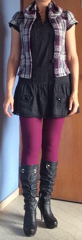 Vestido negro, leggins magenta, chaleco tejido escocés, botas negras