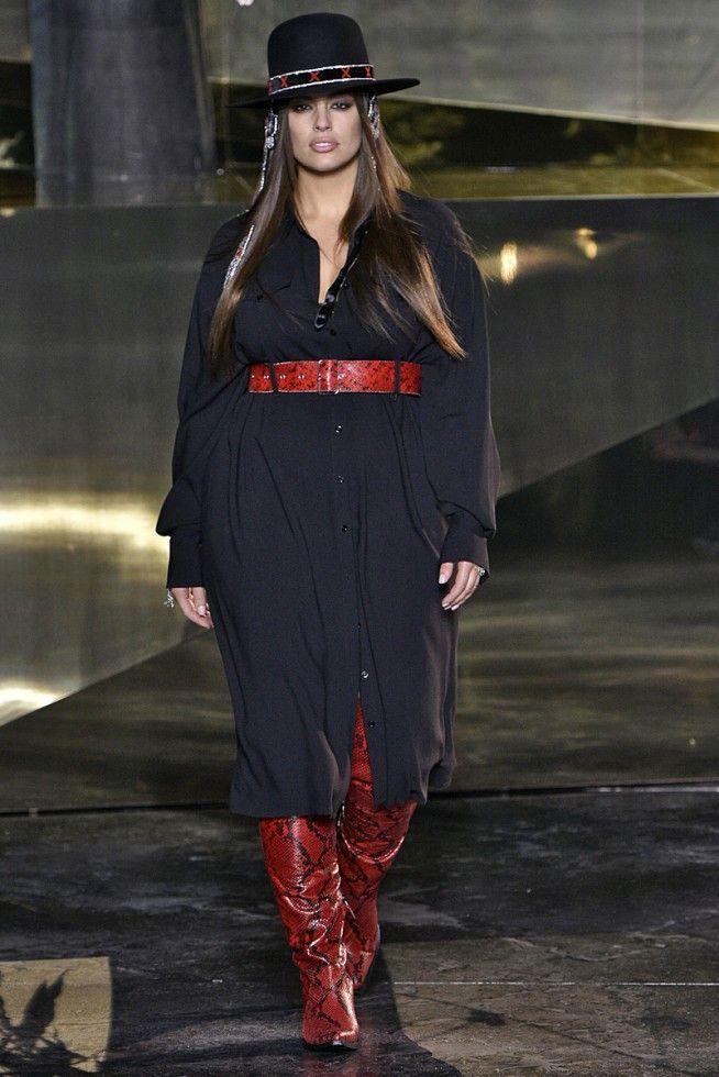 """PARIS FASHION WEEK 2016/2017 #H&M  Não é de hoje que a H&M apresenta sua coleção com modelos fora dos padrões dos ditados """"certos"""". A empresa que não poupamos elogios ano passado desfilou a modelo plus size Ashley Graham de lingerie e claro foi super comentado positivamente. Pois devemos mudar esses padrões absurdos que de alguma forma nos foi imposto. A diversidade foi além da modelo Ashley Graham tamanho """"gg"""". A proposta da fast fashion H&M foi abordar a nova feminilidade trazendo então a…"""