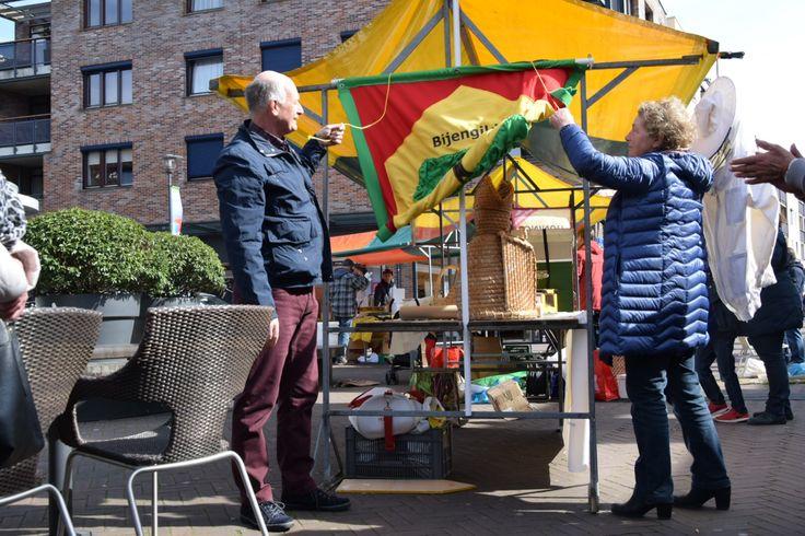 Wethouder Ron Dujardin onthulde op 25 maart het nieuwe wapen van het Bijengilde. Een mooi detail: het nieuwe vaandel is gemaakt van de tafelkleden die overbleven na het feest van het 100 jarig bestaan van het Bijengilde. Het is dit jaar de 40e keer dat de Bijenmarkt in Etten-Leur gehouden wordt.