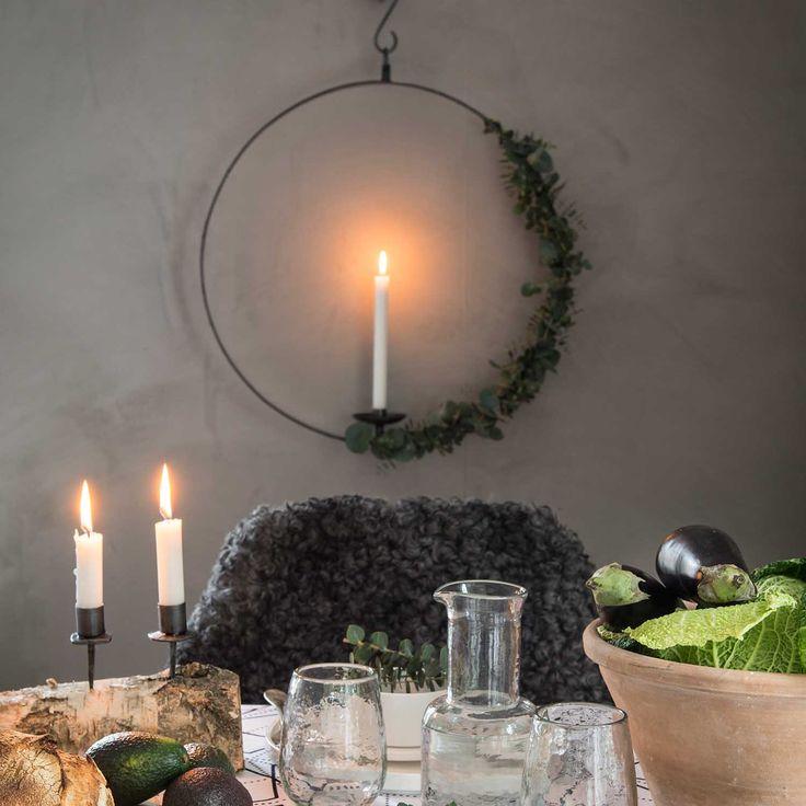 Stor rund ljushållare i smide - väggljusstake. Ljuscirkel Thor för långa stearinljus Rund rustik smidesljusstake med hållare för kronljus/antikljus. Denna variant är kraftig och bred - tung och gedigen! S-krok medföljer.