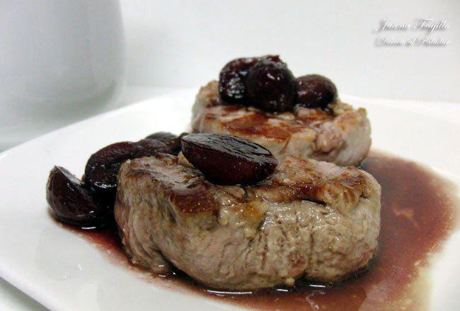 Solomillo de cerdo con salsa de vino y uvas. Receta con fotografías del paso a paso de la elaboración. Trucos y consejos de preparación, present...