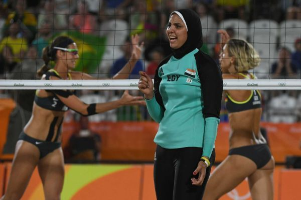 Egypt's Doaa Elghobashy (C) reacts as Germany's Kira Walkenhorst (L) and Germany's Laura Ludwig celebrate winning a point during the women's beach volleyball qualifying match between Germany and Egypt at the Beach Volley Arena in Rio de Janeiro on August 7, 2016, for the Rio 2016 Olympic Games.