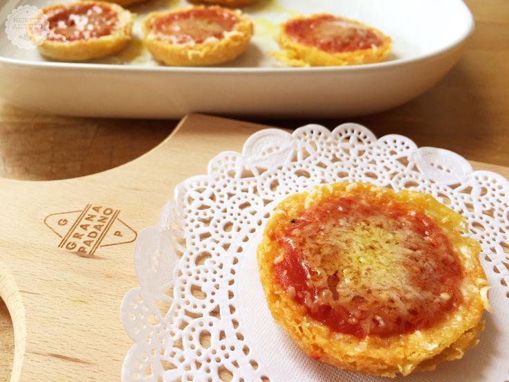 Le finte pizzette di farina di ceci sono una variante sana e golosa delle classiche pizzette fatte con la farina tradizionale, sono ideali per una cena veloce davanti alla tv o per un aperitivo.