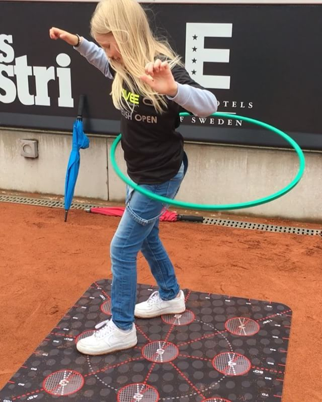 Complex coordination performed with ease and a smile during Kids Day at the Swedish Open ATP/WTA tennis tournament 2016 in Båstad, Sweden. Many kids spending hours on court one. #moveq #mq #moveqacademycopenhagen #motordevelopment #cognitivedevelopment #swedishopen #lagardere #procedosplatform9 #head