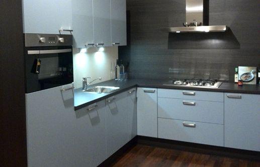 422. Moderne hoek keuken. 270 x 240,5 cm (buitenmaten). Luxe keukenapparatuur inclusief geïntegreerde vaatwasser.   Goedkoopste showroomkeukens