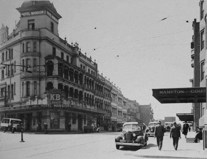 The Mansions and Hampton Court at Kings Cross,in eastern Sydney in 1937. •City of Sydney Archives•